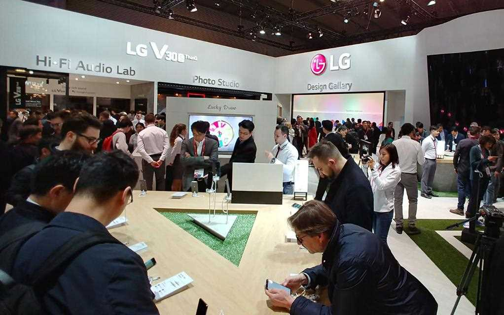 An image of LG booth at MWC 2018, crowd are experiencing a brand new lg v30s thinq.