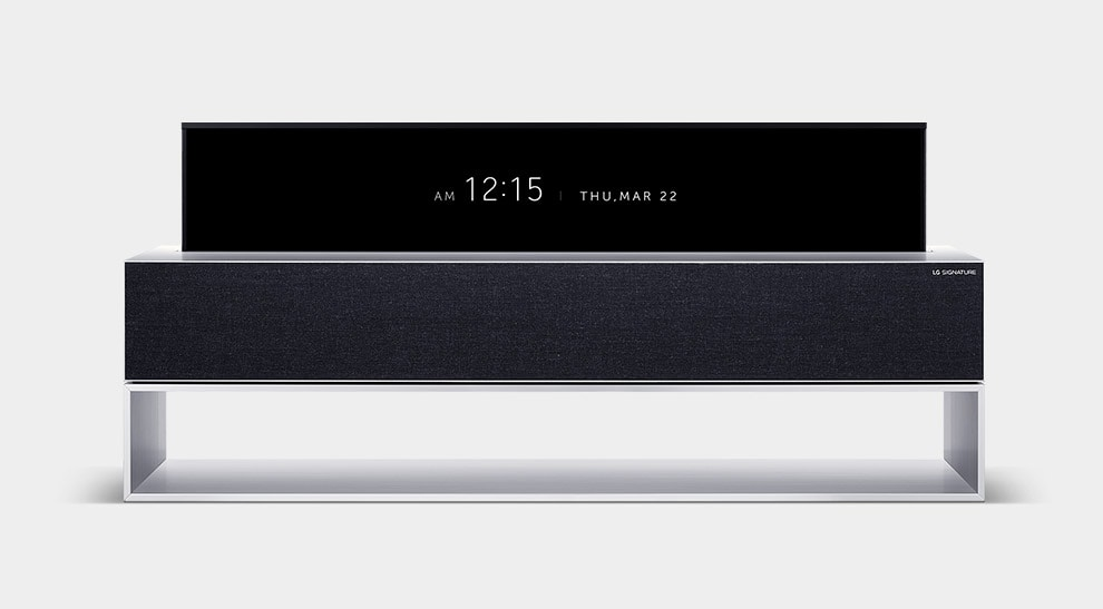 LG SIGNATURE Rollable OLED TV На линейном экране телевизора отображаются цифровые часы и дата.
