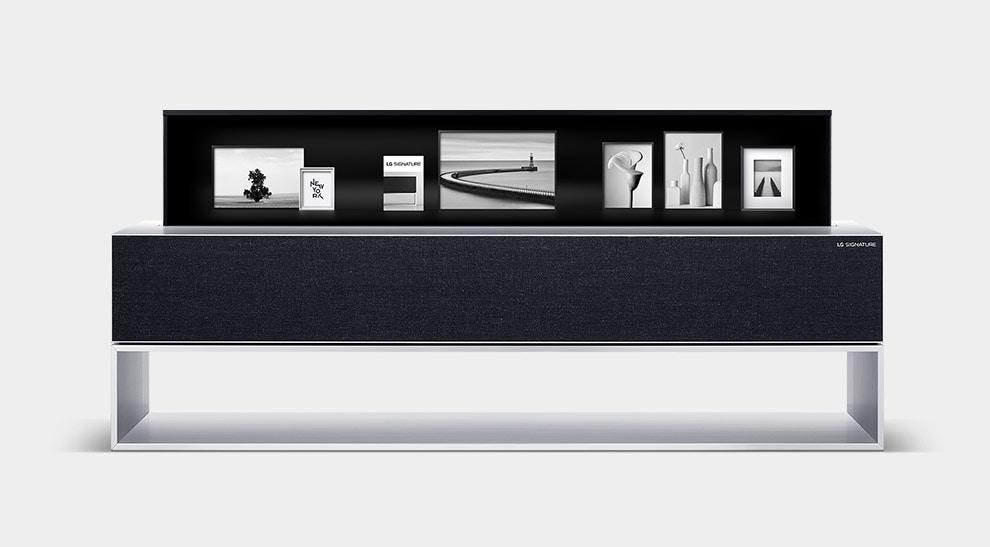 LG SIGNATURE Rollable OLED-телевизор отображает изображение в черно-белом режиме.