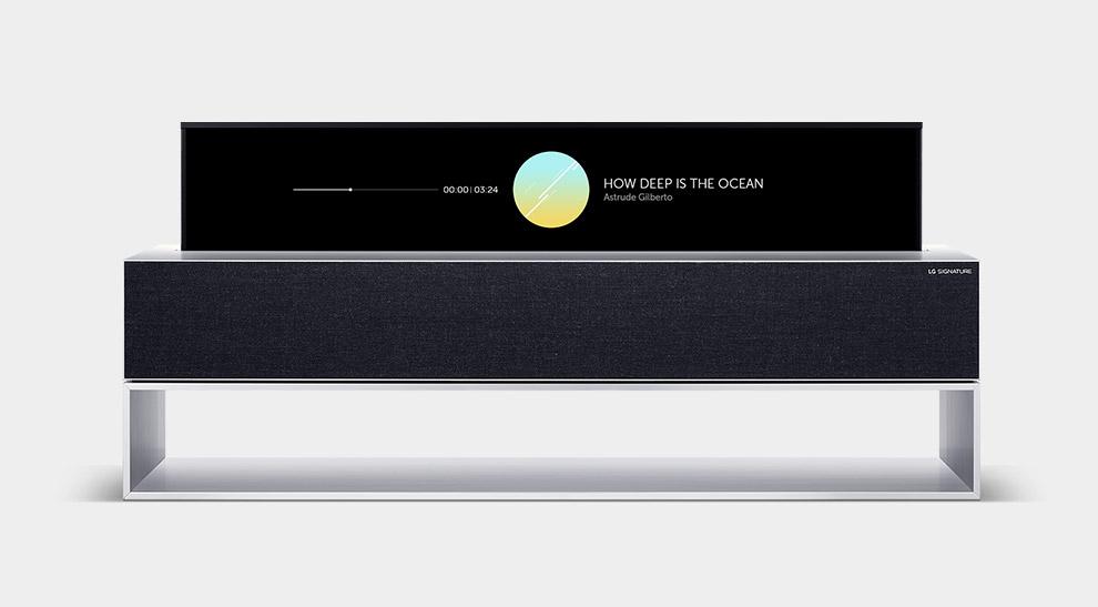 LG SIGNATURE Rollable OLED TV на линейном экране телевизора отображает музыкальный проигрыватель.