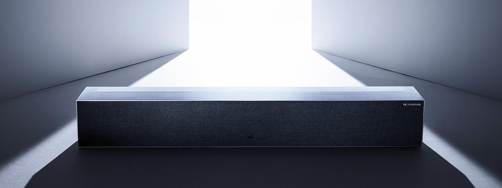 Изображение выкатного OLED-телевизора LG SIGNATURE в нулевом виде в сером пространстве.