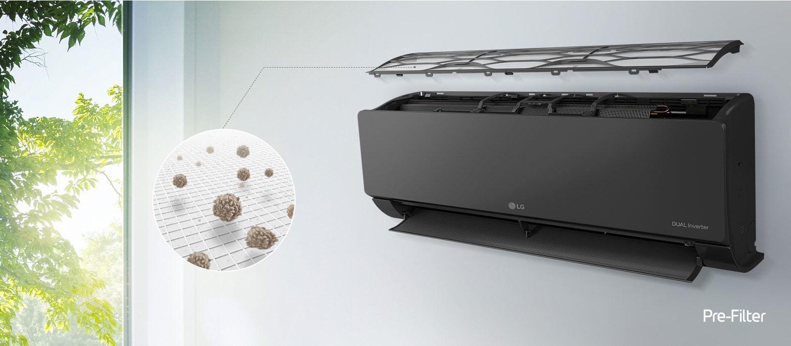 Το κλιματιστικό LG είναι τοποθετημένο στον τοίχο και φαίνεται στο πλάι υπό γωνία. Το άνω πάνελ αιωρείται από πάνω, για να φανούν τα εσωτερικά φίλτρα. Μια γραμμή από το προ-φίλτρο οδηγεί σε έναν κύκλο, μέσα στον οποίο απεικονίζεται σε μεγέθυνση η σκόνη που παγιδεύεται στο προ-φίλτρο. Το λογότυπο Pre-Filter φαίνεται στην κάτω δεξιά γωνία.
