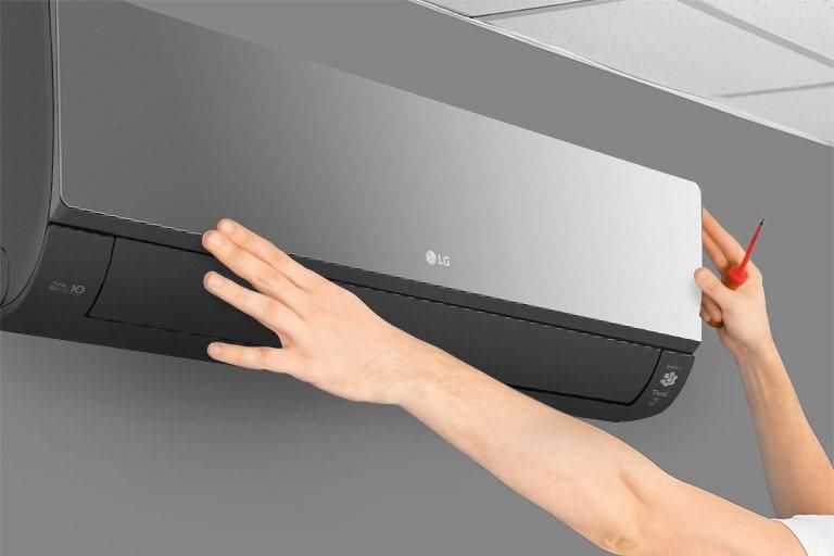 Πλαϊνή όψη ενός κλιματιστικού στον τοίχο. Δύο χέρια φτάνουν το κλιματιστικό, όπου το ένα κρατά ένα εργαλείο, υποδηλώνοντας την ευκολία εγκατάστασης.