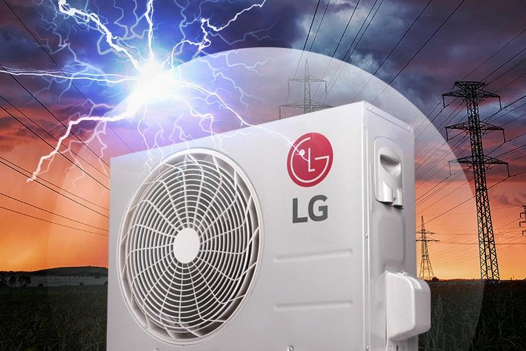 Φαίνεται ο ανεμιστήρας της LG που βρίσκεται έξω από το σπίτι, με έναν σκοτεινό ουρανό και έναν κεραυνό στο παρασκήνιο. Το λογότυπο LG φαίνεται στην πλευρά του κινητήρα.