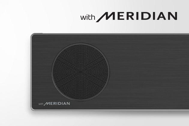Κοντινό του LGSoundBar με το λογότυπο της Meridian κάτω αριστερά. Μεγαλύτερο λογότυπο της Meridian επάνω από το προϊόν.