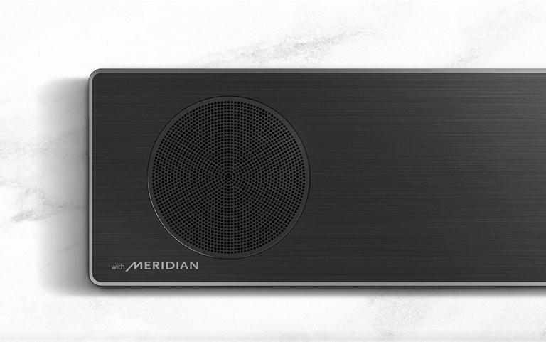 Κοντινό πλάνο της αριστερής πλευράς του LG Soundbar με το λογότυπο της Meridian στην κάτω αριστερή γωνία.