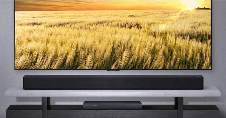 Πρόσοψη του sound bar, το οποίο είναι συνδεδεμένο με τηλεόραση και συσκευή αναπαραγωγής blue ray