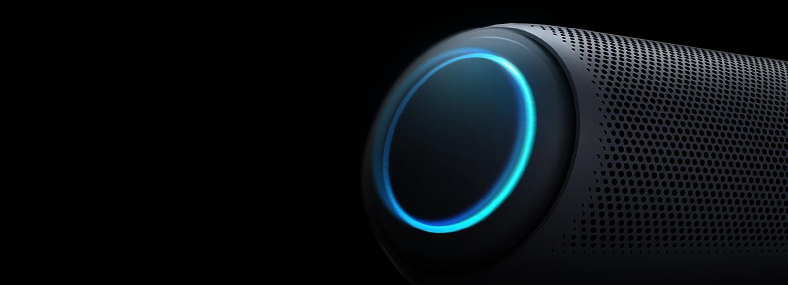Σε μαύρο φόντο, υπάρχει ένα κοντινό πλάνο του αριστερού γούφερ του LG XBOOM Go με γαλάζιο φωτισμό.