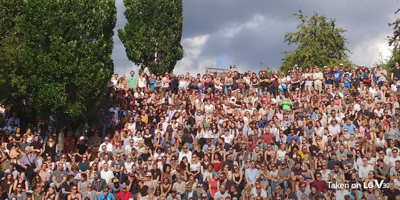 An image of crowd enjoying sunday karaoke in mauerpark berlin