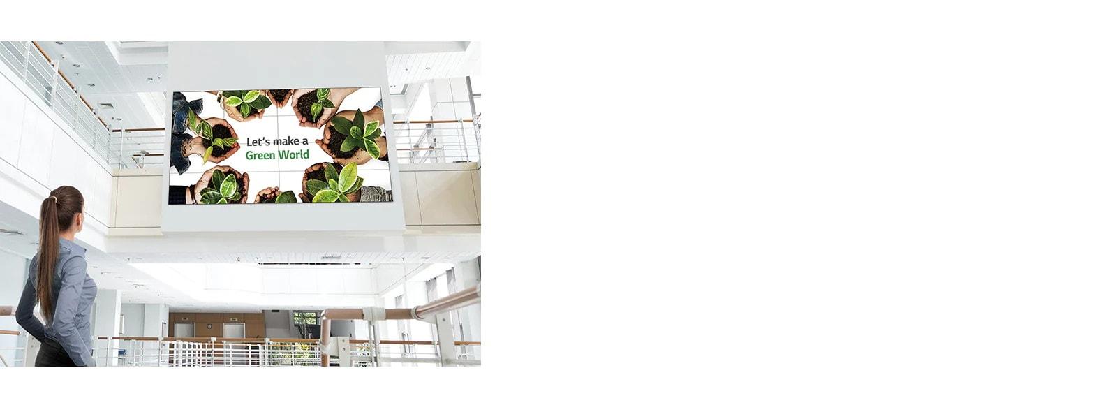 Una mujer está mirando la pantalla instalada en el piso de arriba.