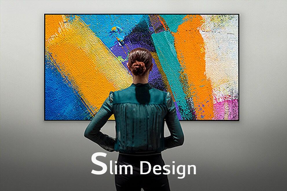 """Pogled od zadaj ženske, ki gleda televizijo Gallery Design, z napisom """"Slim Design"""""""