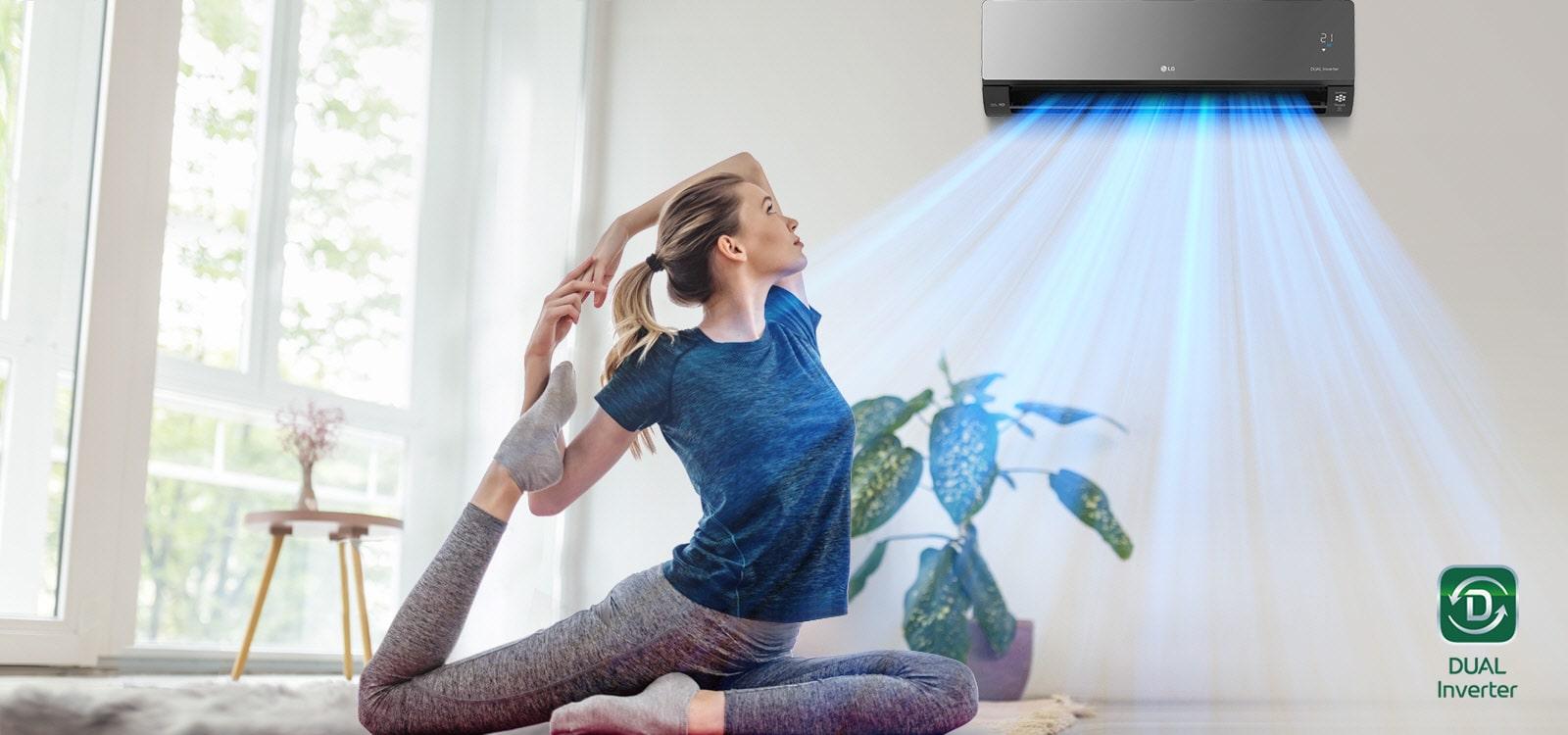 Žena se rasteže na podu. U pozadini je klima-uređaj i plavi zrak puše iznad žene i sobe. Logotip Dual Inverter nalazi se u donjem desnom kutu.