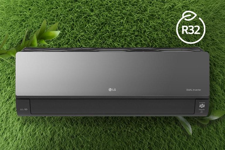 LG klima-uređaj montiran je na travnatom zidu. Logotip R32 za energetsku učinkovitost nalazi se u gornjem desnom kutu.