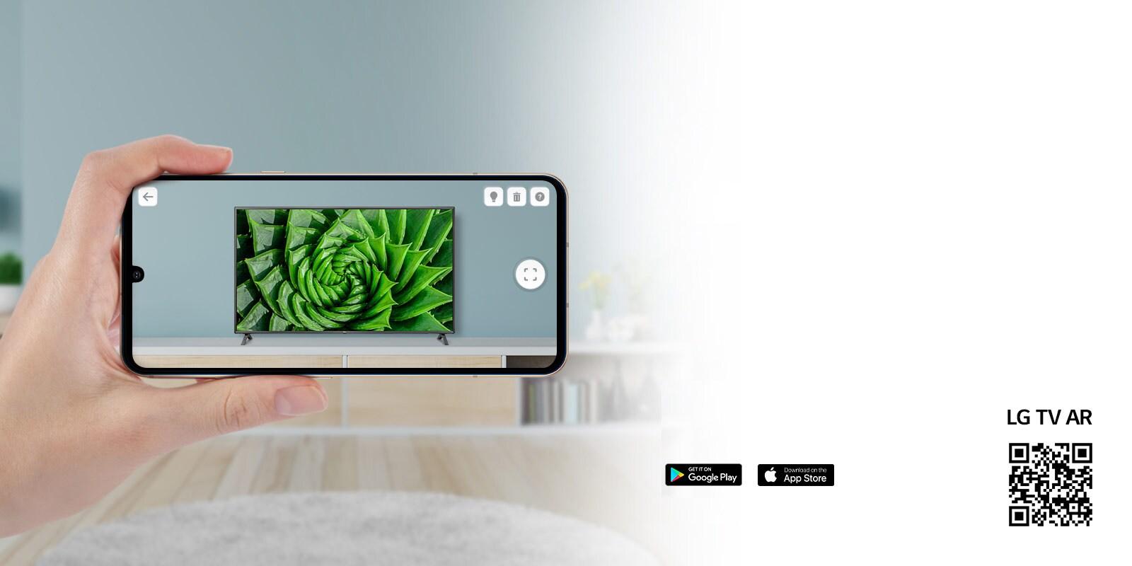 Osoba koja koristi aplikaciju LG TV AR na telefonu i QR kôd kojim se povezuje na LG TV AR (http://www.lgtvism.com/lgtvar)