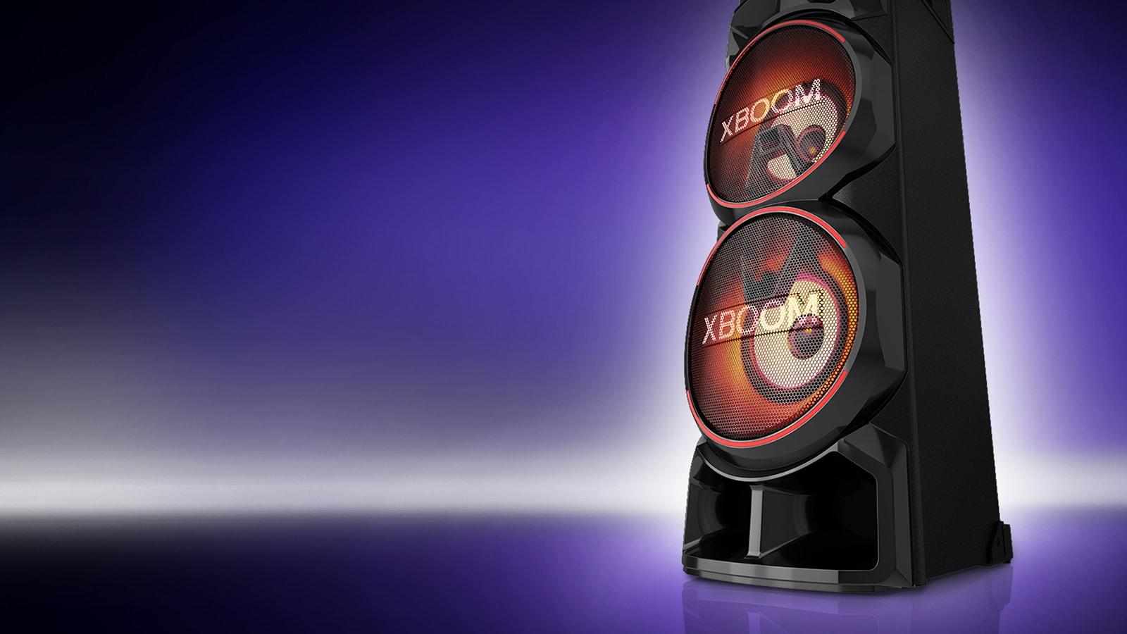 Desno stran sistema LG XBOOM prikažite pod nizkim kotom na vijolični podlagi. Luči v sistemu XBOOM so rdeče.