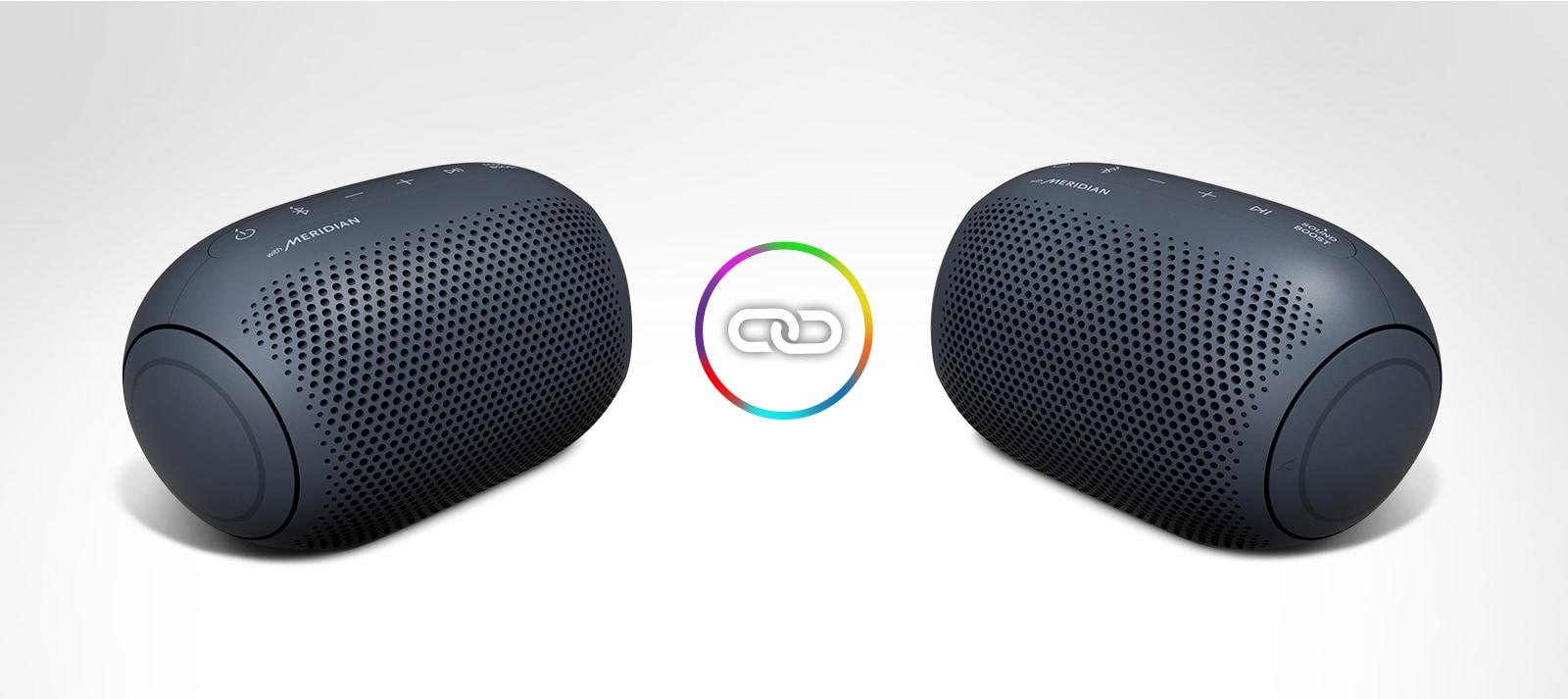 Dva zvučnika LG XBOOM Go nalaze se na bijeloj pozadini, a između njih je ikona kruga.