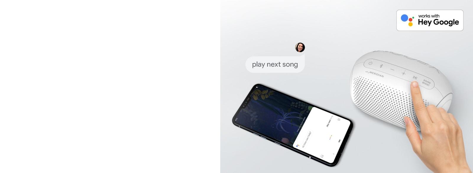 Ruka pritišće gumb na zvučniku LG XBOOM Go. Pametni se telefon nalazi pokraj njega. Tu je i oblačić za govor. Logotip Googlea nalazi se u gornjem desnom kutu.