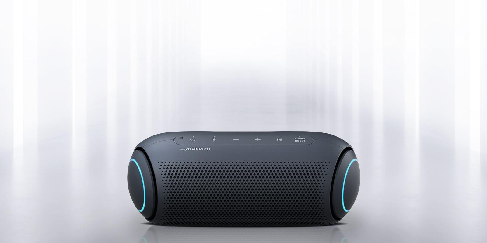 Vidljivo je svjetlo koje sjaji iz okruženja i s prednje strane zvučnika XBOOM Go plavo osvjetljenje na svakom kraju.