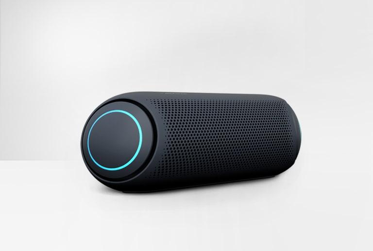 Na belem ozadju je zvočnik LG XBOOM Go PL5 skrajno levo prikazan z nebesno modrim zaslonom.