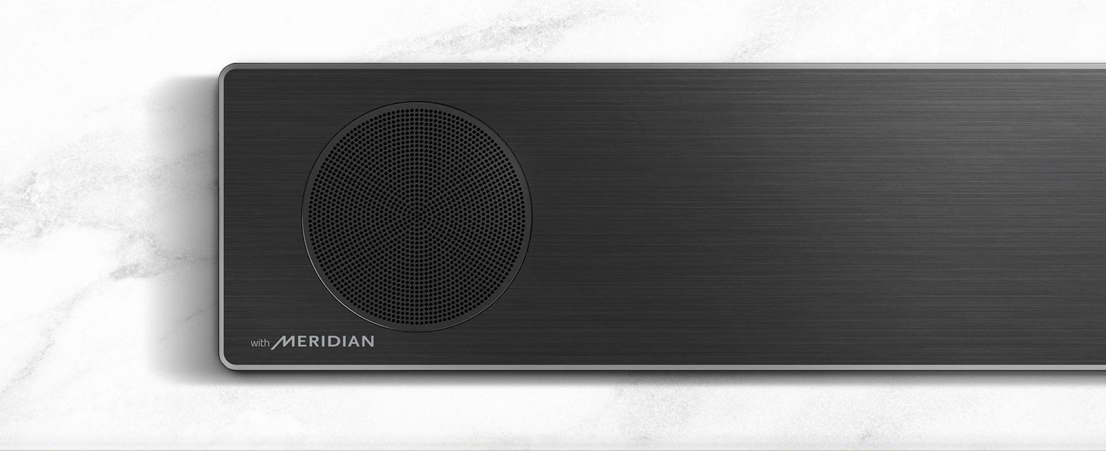 Pogled od blizu na levo stran LG Soundbar z logotipom Meridian v spodnjem levem kotu.