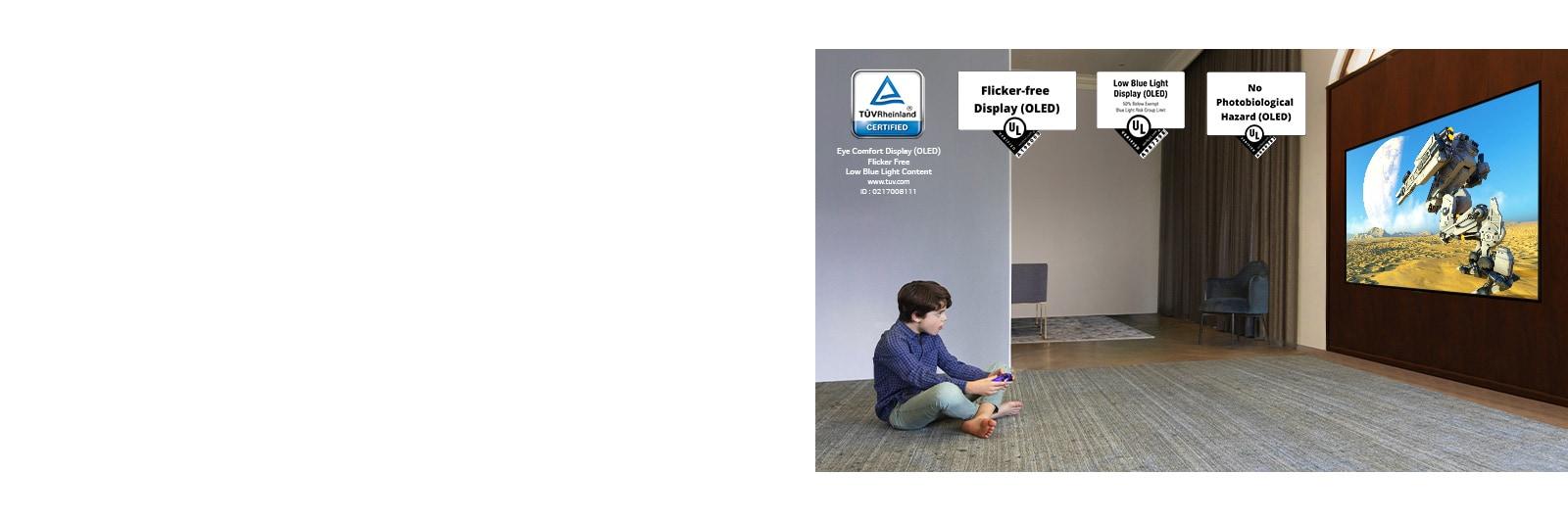 Dijete koje leži na podu, drži džojstik i igra videoigru na zaslonu televizora