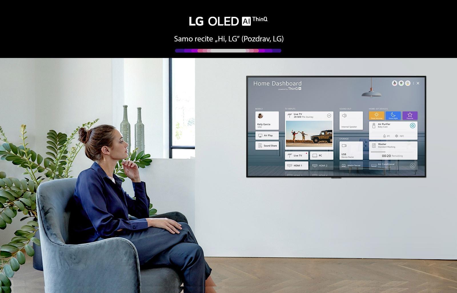 Ženska sedi na naslanjaču v dnevni sobi, na TV zaslonu pa je prikazana hišna plošča.