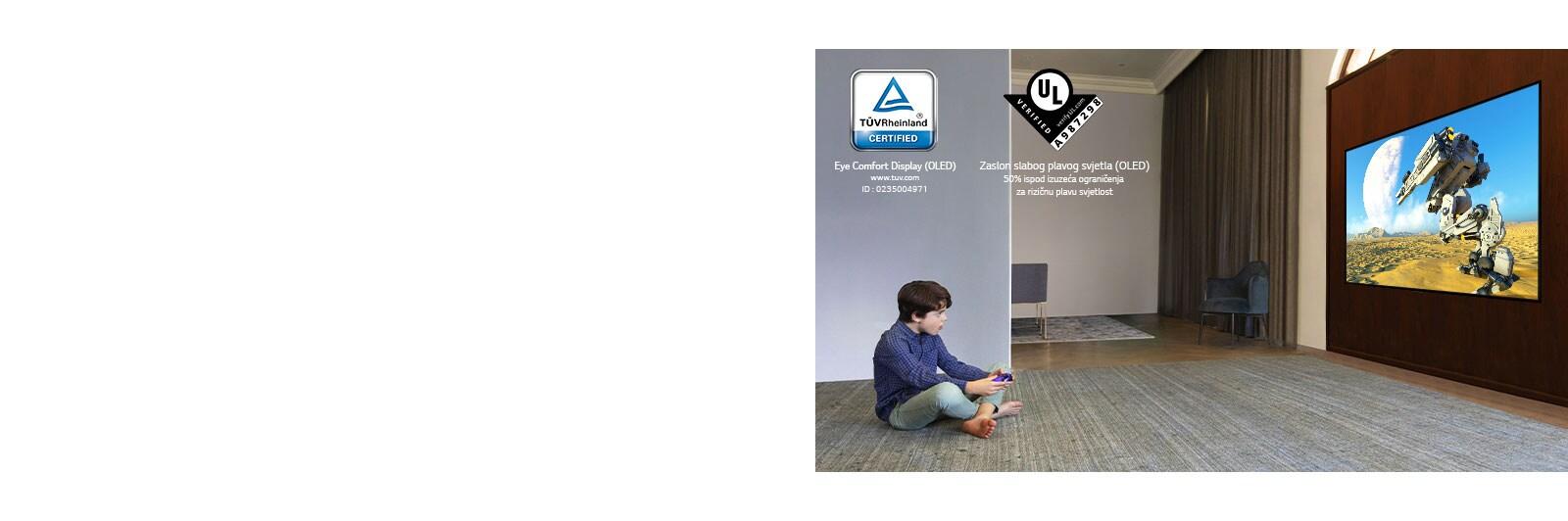 Otrok, ki je sedel na tleh, je držal krmilno palico in igral video igrico na televizijskem zaslonu