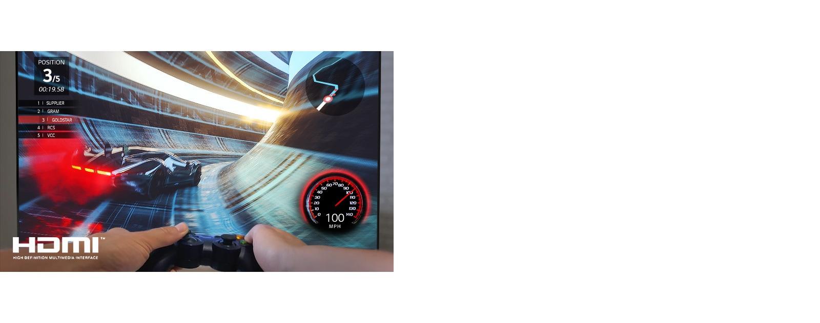 Pogled od blizu na igralca, ki igra dirkalno videoigro na TV zaslonu
