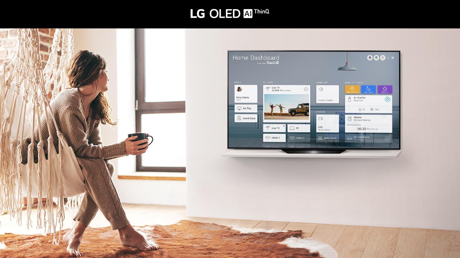 Nő ül a széken a nappaliban, és az otthoni irányítópult látható a TV képernyőjén.