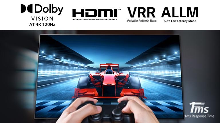 Ráközelítés egy játékosra, aki versenyautós játékot játszik a TV képernyőjén. A képen felül a Dolby Vision logó, a HDMI logó, a VRR logó, valamint az ALLM logó, a jobb alsó sarokban pedig az 1 ms-os válaszidő logója látható.