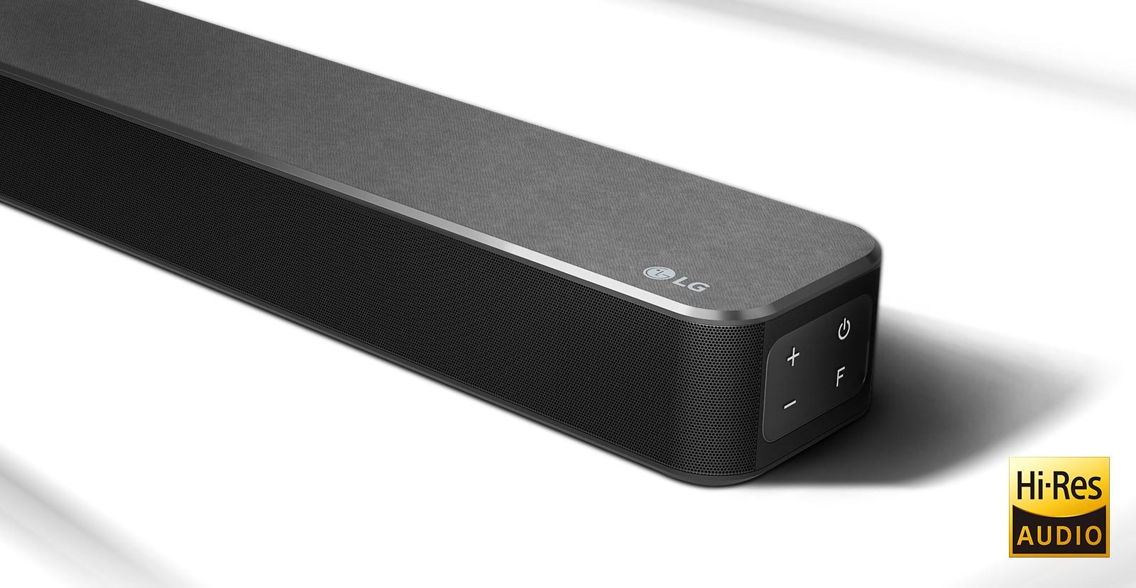 Ráközelítés az LG hangprojektor jobb oldalára; az LG logó a jobb alsó sarokban látható. A Hi-Res logó a termék alatt látható.