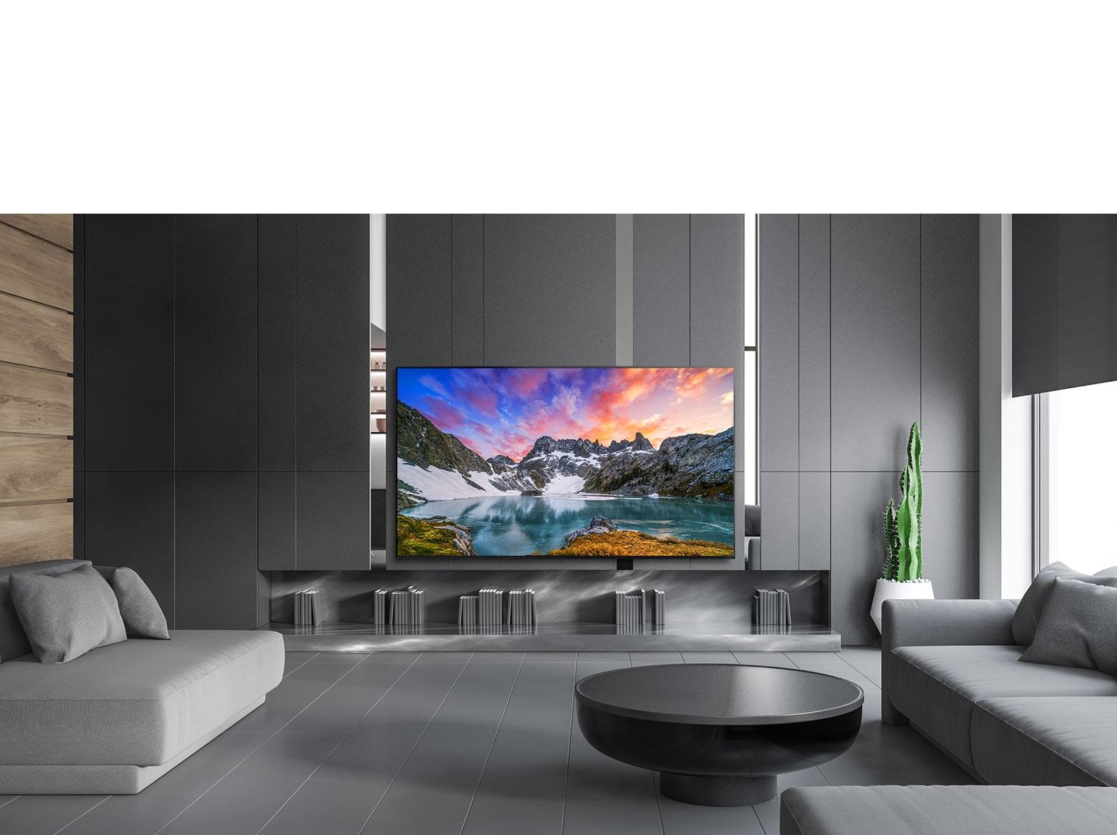 תמונה מגובה העין של נוף טבעי נראית על מסך הטלוויזיה בבית יוקרתי