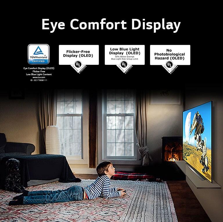 """نمای جانبی پسری که دراز کشیده و در حال تماشای تلویزیون است ، با عنوان """"نمایشگر راحتی چشم"""""""