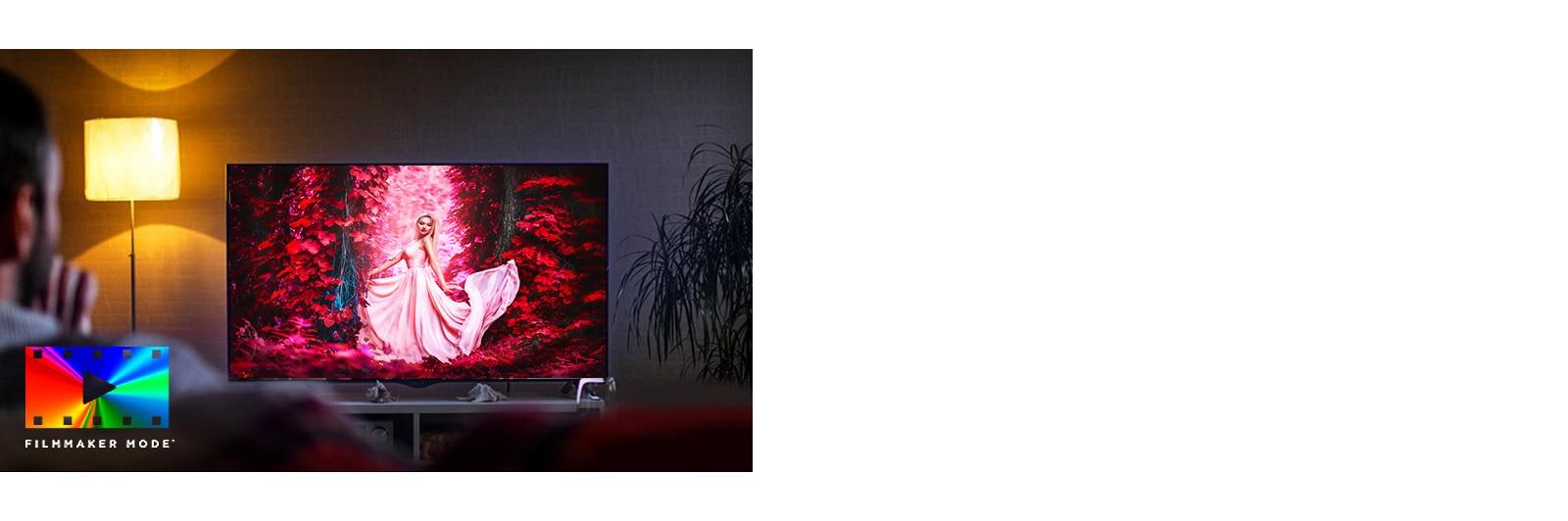 Un uomo seduto sul divano in soggiorno davanti a una scena colorata di un film sullo schermo del TV