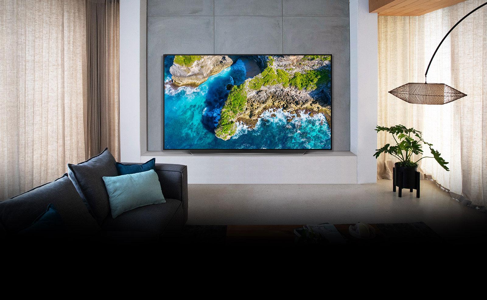 TV che mostra la veduta aerea di un paesaggio naturale in un'ambientazione di lusso
