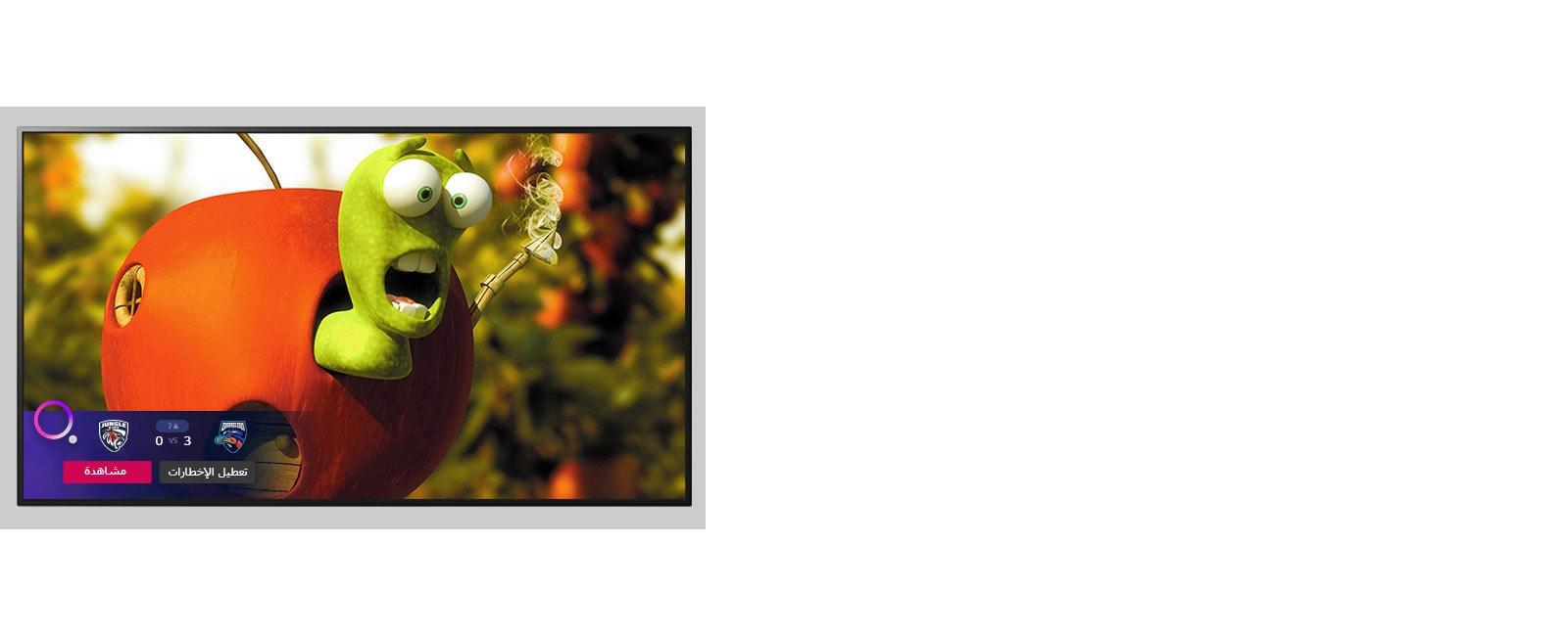 أحد التلفزيونات يعرض شخصية كرتونية متحركة وتنبيها رياضيا في الجزء السفلي من الشاشة.