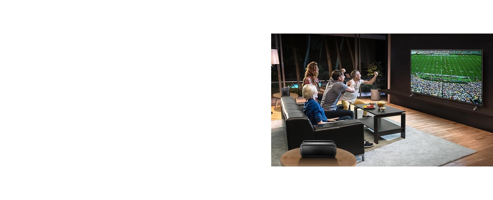 Les gens regardent un match de sport à la télévision dans le salon avec des haut-parleurs arrière Bluetooth.