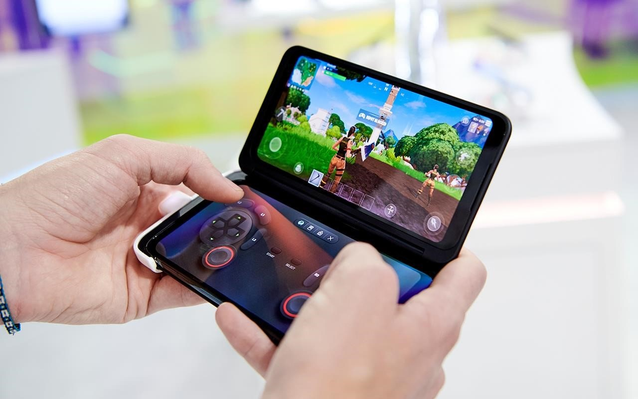 You can use the second screen of the LG G8X ThinQ as a controller while gaming - no more worrying about tiny screens with huge games | More at LG MAGAZINE