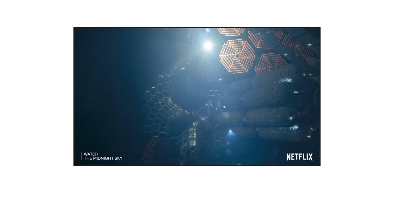 Een tv-scherm met een trailer van The Midnight Sky on Netflix (speel de video af).