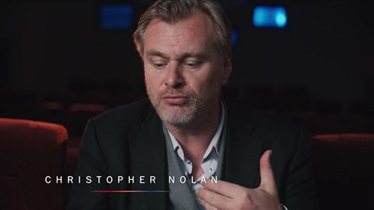 Christopher Nolan heeft een interview in een theaterzaal