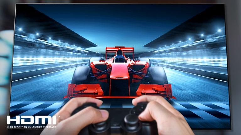 Een close-up van een speler die een racespel speelt op een tv-scherm