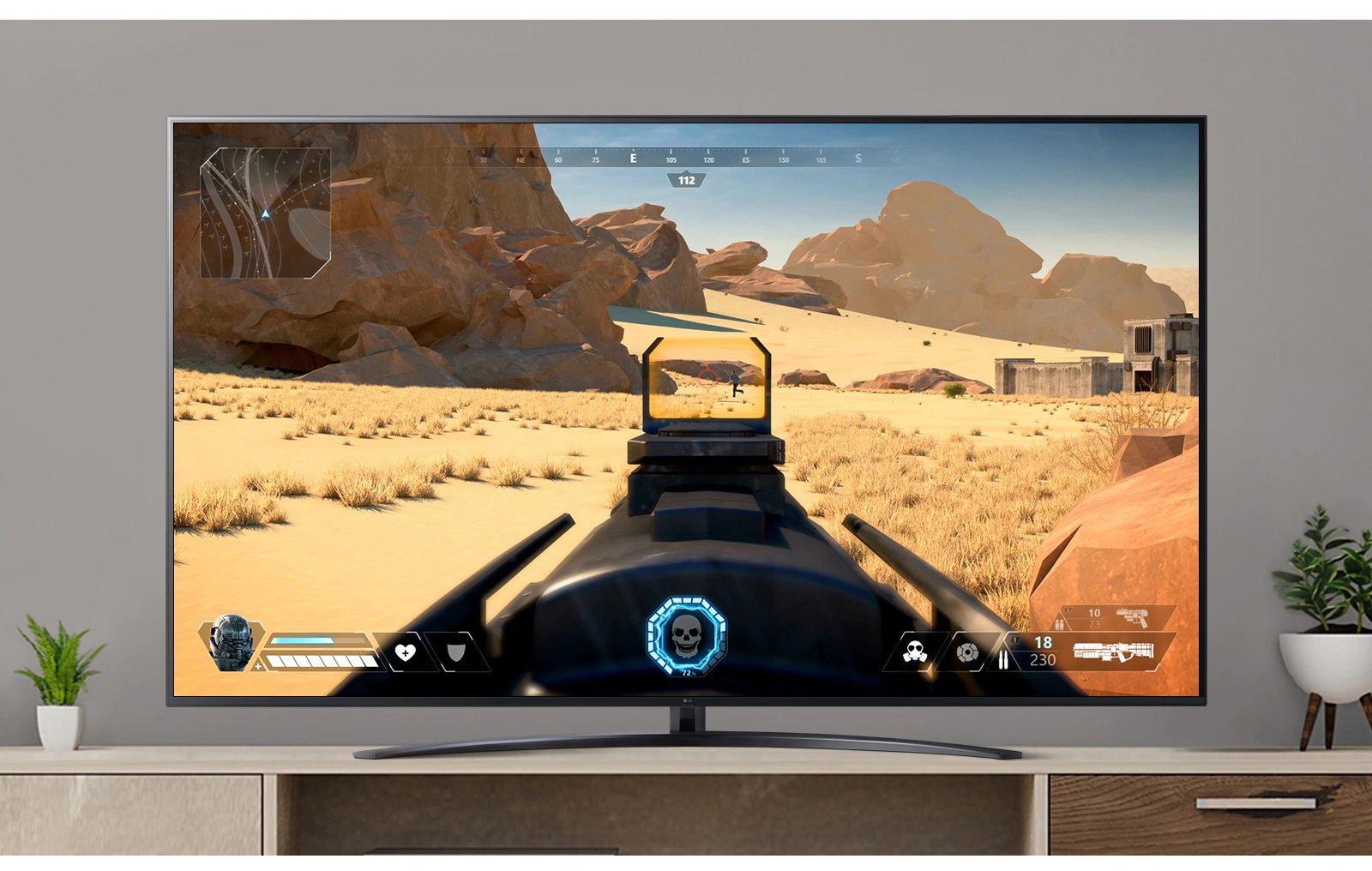 Een tv-scherm waarop een video wordt afgespeeld van een FPS-game waarin een vijand wordt neergeschoten. (Speel de video af)
