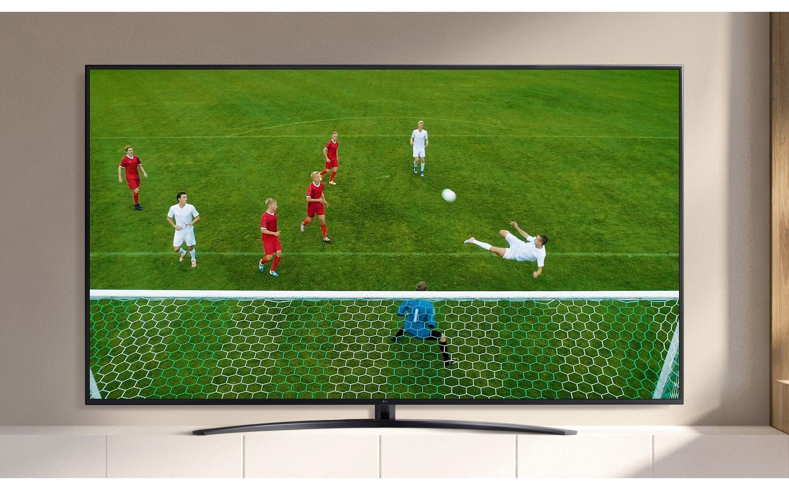 Een tv-scherm met een video van een voetballer die een doelpunt maakt tijdens een voetbalwedstrijd. (Speel de video af)