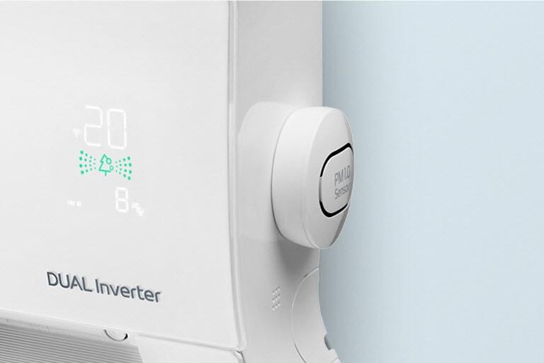 De zijwaartse hoek van het apparaat toont de PM1.0-sensor en het luchtkwaliteitspaneel dat groen toont voor lucht van goede kwaliteit.
