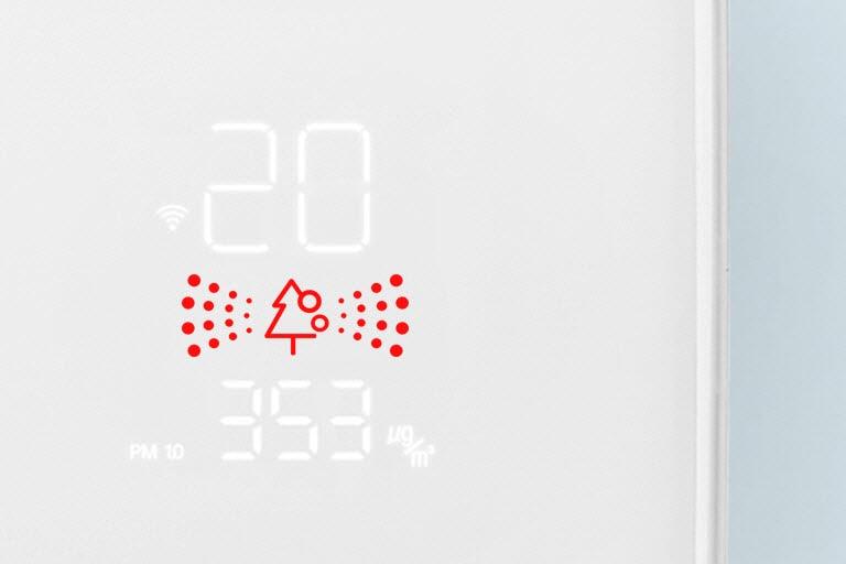 Een close up van het luchtkwaliteitspaneel met rode lampjes die slechte luchtkwaliteit aangeven.