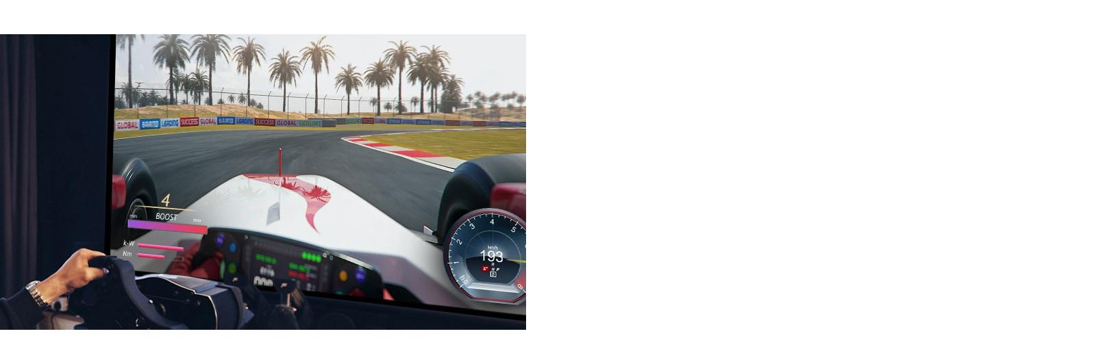Close-up weergave van de speler die een racestuur vasthoudt en een racegame speelt op een tv-scherm.