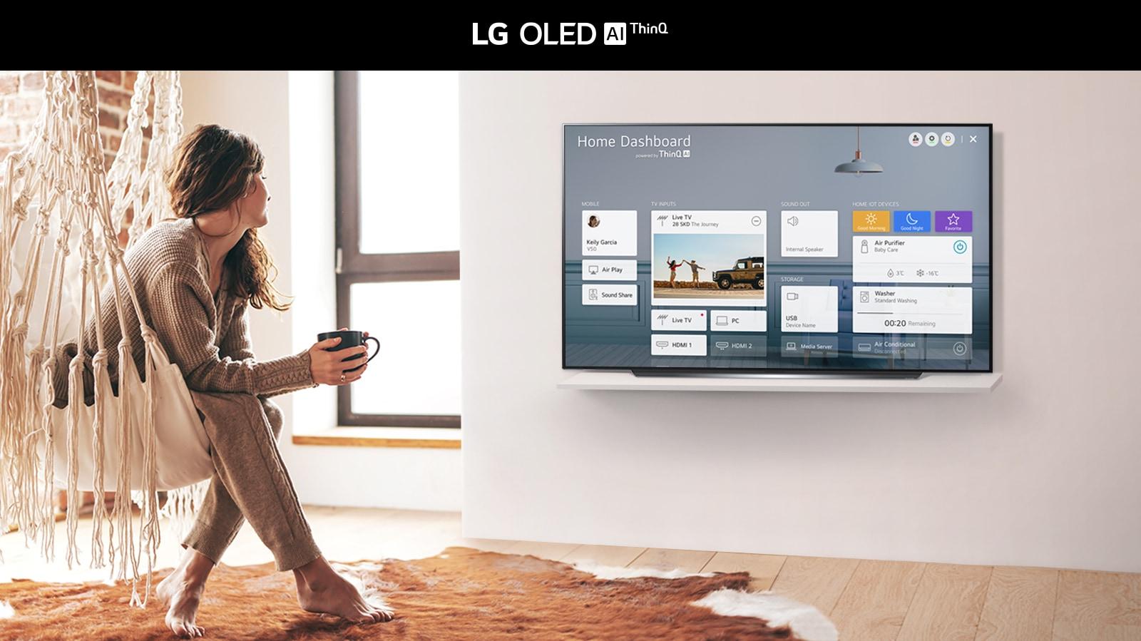 Mujer sentada en una silla en la sala  con Home Dashboard en la pantalla del televisor