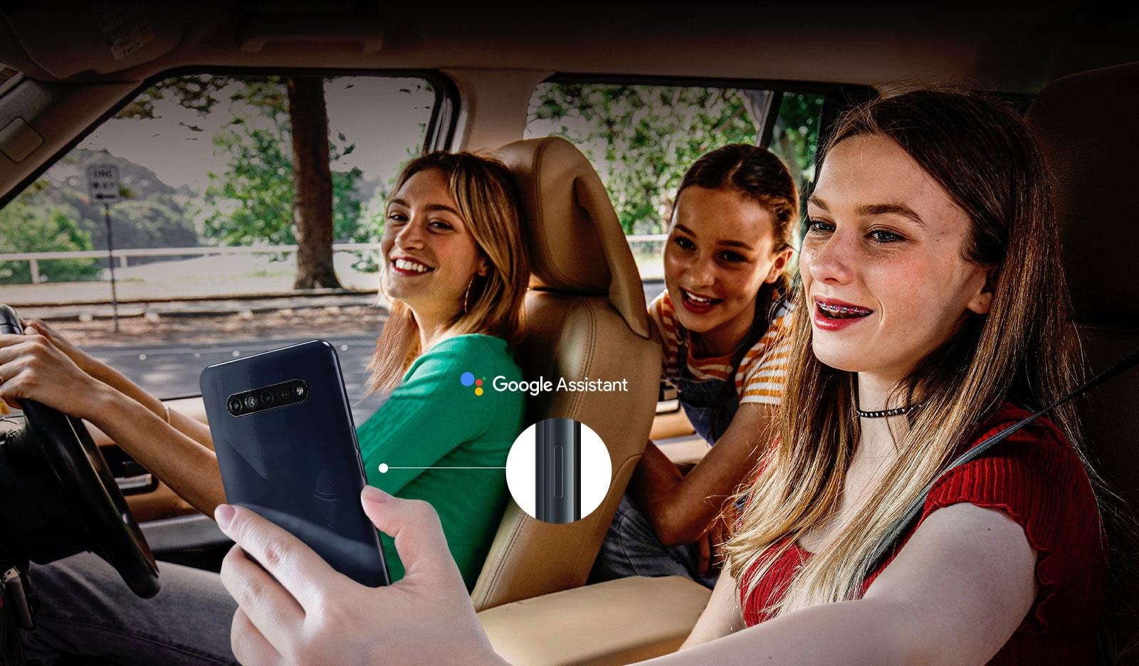 Kobieta szukająca swojego smartfona w samochodzie przy użyciu funkcji asystenta google