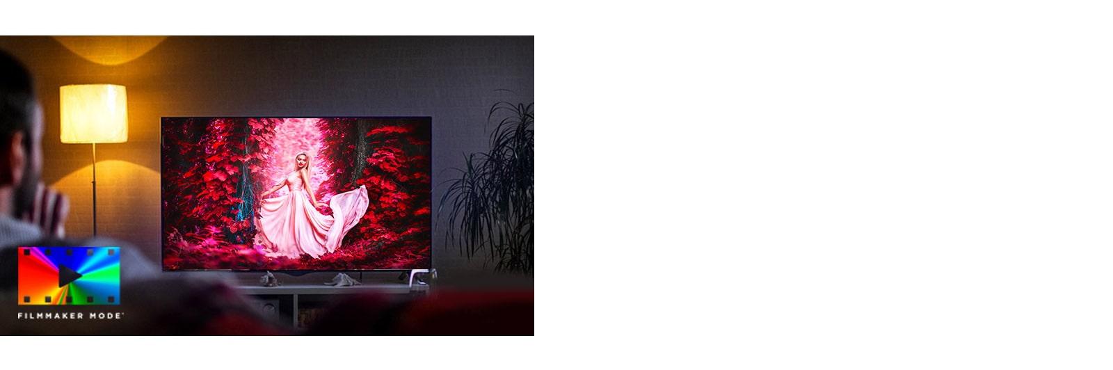 Mężczyzna siedzący na sofie w salonie z telewizorem, na ekranie którego odtwarzany jest kolorowy film