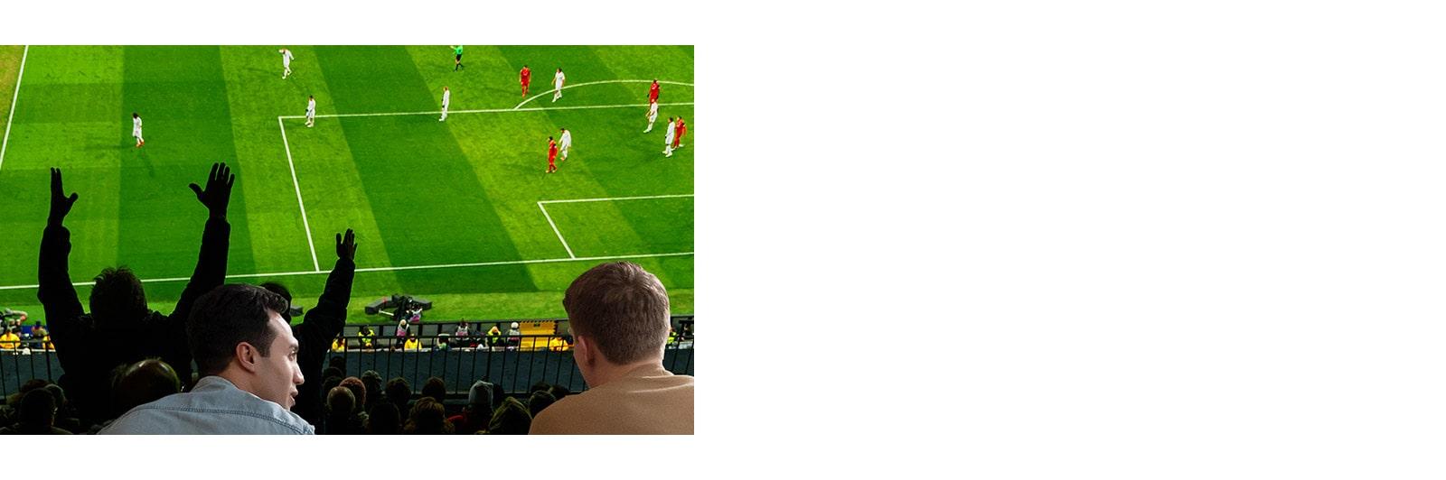 Ludzie oglądający sport w salonie na ultradużym ekranie telewizora